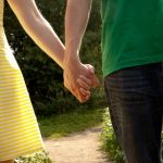 デートで手をつなぐと手汗は気になる?止めるツボや対策グッズを紹介